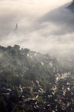Brouillard au-dessus de ville médiévale de Brasov Images stock