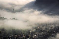 Brouillard au-dessus de ville médiévale de Brasov Photographie stock