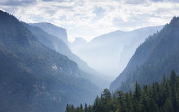 Brouillard au-dessus de Yosemite Photos stock