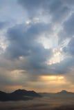 Brouillard au-dessus des montagnes Image libre de droits