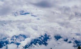 Brouillard avec des nuages au-dessus des montagnes Photo libre de droits