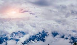 Brouillard avec des nuages au-dessus des montagnes Photos stock
