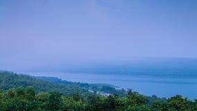 Brouillard dérivant au-dessus du lac de montagne banque de vidéos