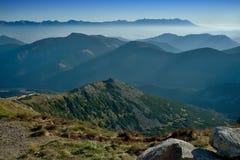 Brouillard d'automne en montagnes slovaques Image stock