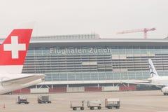 Brouillard dans l'aéroport de Kloten ou l'aéroport international de Zurich Il est Photos stock