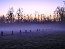 Brouillard dans la campagne au lever de soleil images stock
