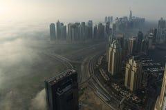 Brouillard dans la marina de Dubaï Photos stock