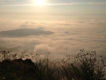 Brouillard dans la montagne avec le lever de soleil Photographie stock libre de droits