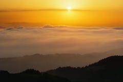 Brouillard dans la vallée au coucher du soleil Photo stock