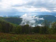 Brouillard dans les montagnes photographie stock libre de droits
