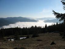 Brouillard dans les montagnes photos stock