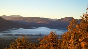 Brouillard dans les montagnes Photographie stock