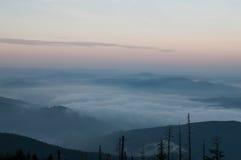 Brouillard dans les montagnes avant lever de soleil Photos libres de droits