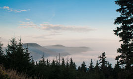 Brouillard dans les montagnes avant lever de soleil Photographie stock libre de droits