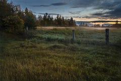 Brouillard de coucher du soleil dans le domaine photos stock