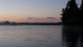 Brouillard de coucher du soleil de lac Image stock