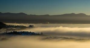 Brouillard de début de la matinée au-dessus de baie de Plettenberg à côté de l'Océan Indien Image libre de droits