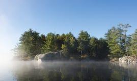 Brouillard de début de la matinée de lac du nord Image libre de droits