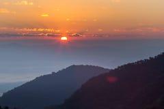 Brouillard de lever de soleil sur la montagne Photos stock