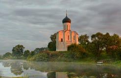 Brouillard de matin au-dessus d'un étang près du temple de l'intervention sur Nerli images stock