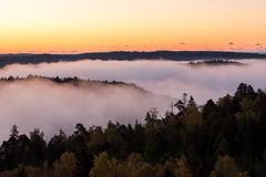 Brouillard de matin au-dessus de l'eau et des îles Images stock