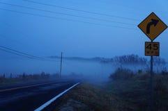 Brouillard de matin au-dessus de route Photographie stock