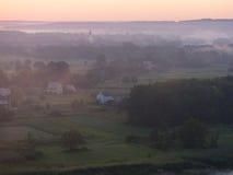 Brouillard de matin au-dessus du village Images libres de droits