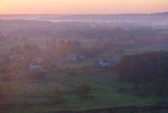 Brouillard de matin au-dessus du village Photographie stock