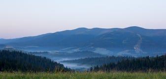 Brouillard de matin au lever de soleil dans les montagnes Photo stock