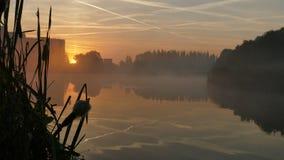 Brouillard de matin au lever de soleil au-dessus de l'étang dans Katowice poland image stock
