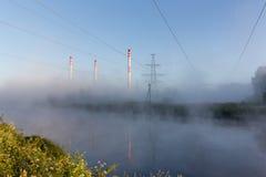 Brouillard de matin autour de centrale hydroélectrique Images stock
