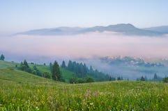 Brouillard de matin dans la vallée de montagne Horizontal de montagne d'été photographie stock libre de droits