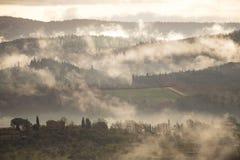 Brouillard de matin dans les collines photos stock