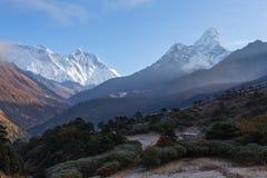 Brouillard de matin de crêtes de montagnes, village de Tengboche, Népal Photos stock