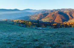 Brouillard de matin en automne carpathien photo libre de droits