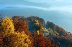 Brouillard de matin en automne carpathien image libre de droits
