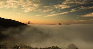 Brouillard de matin de golden gate bridge banque de vidéos