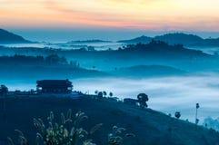 Brouillard de matin sur la montagne Photographie stock libre de droits