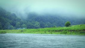 Brouillard de matin sur la rivière du Dniestr clips vidéos