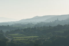 Brouillard de matin sur le Luberon Photographie stock libre de droits