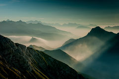 Brouillard de Matutina dans les montagnes Photos stock