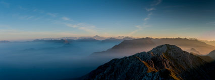 Brouillard de Matutina dans les montagnes Photo libre de droits
