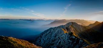 Brouillard de Matutina dans les montagnes Image stock