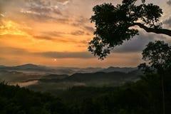 Brouillard de mer le point de vue de Huay Ton Hai sur la montagne de Narayana, Sukhothai Photographie stock