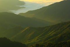 Brouillard de montagne de matin image stock