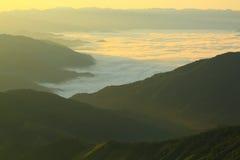 Brouillard de montagne de matin image libre de droits