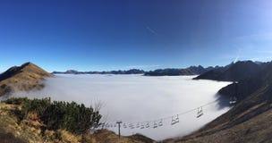 Brouillard de montagne de Kleinwalsertal derrière l'ascenseur de Skli image stock