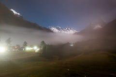 Brouillard de nuit de montagnes, village de Tengboche, Népal Photographie stock libre de droits