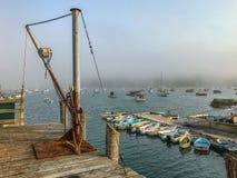 Brouillard de roulement au-dessus d'un port dans Maine côtier photographie stock libre de droits