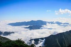 Brouillard de sommet fansipan dans le sapa photo libre de droits